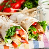 Roll with fried chicken and fresh vegetables